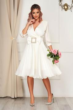 Fehér elegáns midi harang ruha csatokkal van ellátva szaténból