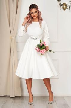 StarShinerS fehér alkalmi ruha harang alakú gumirozott derékrésszel strasszos övvel ellátva