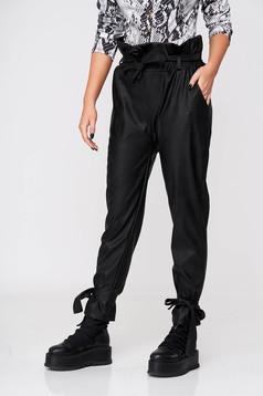 Fekete casual kónikus nadrág műbőrből gumírozott derekú övvel
