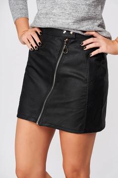 Fekete casual rövid szoknya műbőrből szűk szabással
