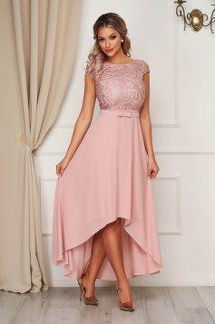 Púder rózsaszínű StarShinerS deréktól bővülő szabású asszimmetrikus alkalmi ruha virágos hímzéssel