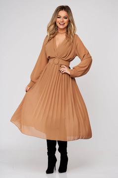 Krémszínű elegáns midi ruha rakott, pliszírozott muszlinból harang alakú szoknyával gumirozott derékrésszel