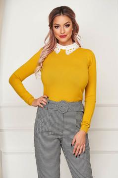 Mustársárga elegáns rövid szűk szabású kötött pulóver gallérral