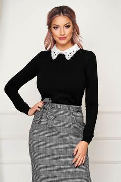 Fekete elegáns rövid szűk szabású kötött pulóver csipke gallérral