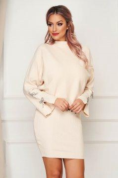 Krémszínű casual kötött két részes női kosztüm ruhával és pulóverrel