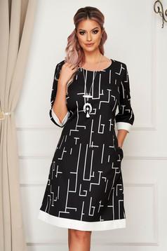 Fekete elegáns midi bő szabású ruha nyaklánc kiegészítővel