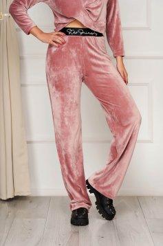 Púder rózsaszínű StarShinerS casual elől hímzett deréktól bővülő szabású nadrág bársonyból