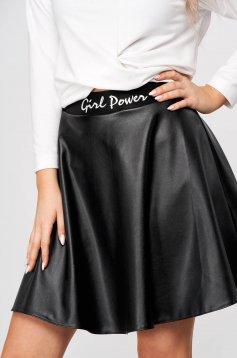 Fekete StarShinerS rövid harang szoknya vastag műbőr anyagból hímzett betétekkel