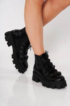 Fekete casual fűzős bakancs műbőrből és fém lánccal