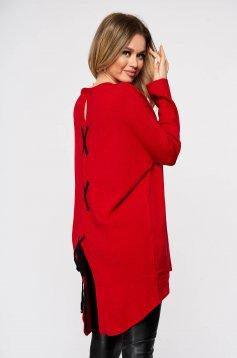 Piros rugalmas és finom anyagból készült bő szabású hátul felsliccelt kötött női blúz zsinórral