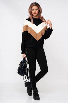 Barna rugalmas és finom anyagból készült bő szabású bolyhos anyagú pulóver kerekített dekoltázssal