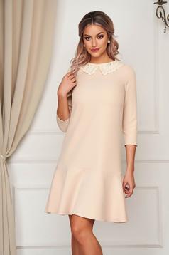 Krémszínű StarShinerS galléros alkalmi stretch ruha gyöngy díszítéssel és fodrokkal a ruha alján