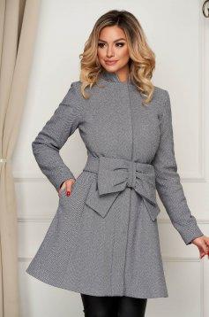 Szürke zsebes elegáns harang kabát övvel ellátva