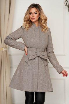 Krémszínű zsebes elegáns harang kabát övvel ellátva