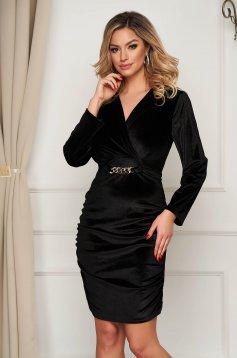 Fekete alkalmi ruha bársonyból fém lánccal van ellátva