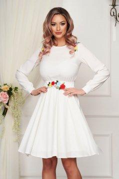 Fehér StarShinerS vékony anyagú rövid alkalmi ruha virágos hímzéssel harang alakú gumirozott derékrésszel