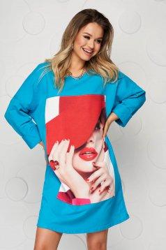 Pamutból készült bő szabású rövid kék ruha nyomtatott mintával