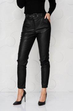 Fekete kónikus nadrág műbőrből öv típusú kiegészítővel
