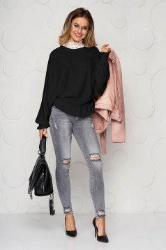Fekete rugalmas és finom anyagból készült kötött fodros casual csíkozott anyagú női blúz
