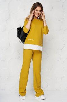 Sárga StarShinerS bő szabású női kosztüm dombornyomott anyagból hímzett betétekkel anyagberakások selyem muszlinból
