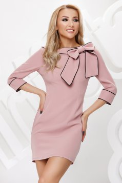 Púder rózsaszínű ceruza ruha masni díszítéssel és dupla gallérral