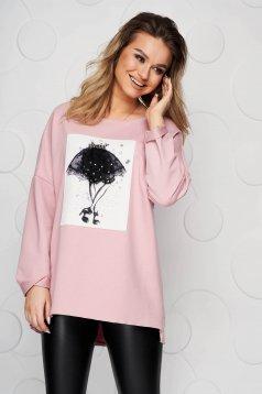 Világos rózsaszínű oldalt felsliccelt rugalmas pamut női blúz grafikai díszítéssel