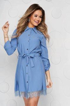 Kék rövid csipke ruha díszítéssel eltávolítható övvel