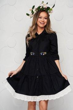 Fekete ruha pamutból készült a-vonalú csipke díszítéssel midi