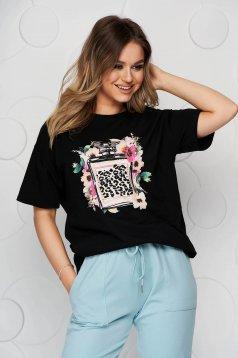 Fekete bő szabású póló rugalmas pamutból grafikai díszítéssel