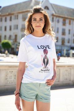 Bő szabású fehér póló kerekített dekoltázssal és grafikai díszítéssel