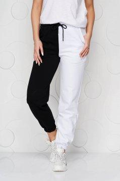 Pamutból készült magas és gumírozott derekú fehér nadrág