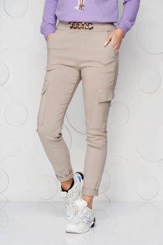 Krémszínű gumírozott derekú zsebes kónikus nadrág fémes kiegészítővel