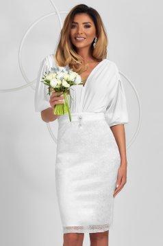 Fehér szatén ceruza ruha selyem muszlin átfedéssel a szoknyában és bross kiegészítővel