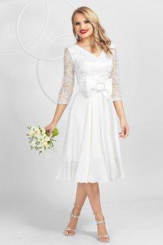 Fehér ruha csipkés átfedéssel szaténból elegáns masni díszítéssel eredeti swarovski kristály díszítések
