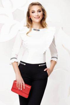 Fehér szűkített fodros női ing enyhén elasztikus pamutból bross kiegészítővel