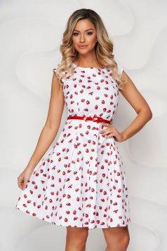 Fehér harang ruha grafikai díszítéssel enyhén rugalmas anyagból öv típusú kiegészítővel