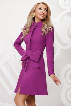 Lila elegáns szűkített rövid kabát övvel ellátva masni díszítéssel