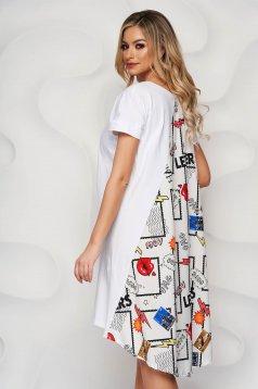Fehér bő szabású ruha grafikai díszítéssel szatén anyagból
