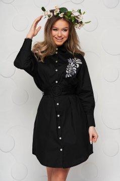 Fekete ruha vékony szövetből öv típusú kiegészítővel hímzett