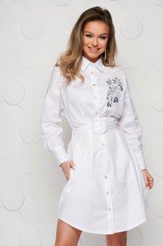 Fehér hímzett ruha vékony szövetből és öv típusú kiegészítővel
