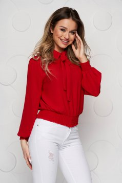 Piros gumírozott derekú női blúz muszlinból kendő jellegű gallérral