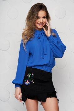 Kék gumírozott derekú női blúz muszlinból kendő jellegű gallérral
