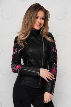 Magas nyakú szűkített fekete dzseki műbőrből hímzett betétekkel