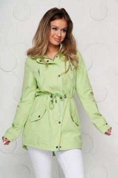 Világos zöld dzseki zsinórral van ellátva vízálló anyag kapucnis és zsebes felső