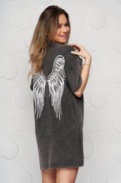 Sötétszürke pamutból készült bő szabású póló grafikai díszítéssel