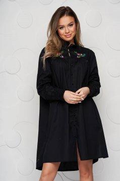 Hímzett bő szabású fekete női ing vékony szövetből fodros gallérral