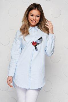 Bő szabású kék női ing hímzett betétekkel vékony szövetből