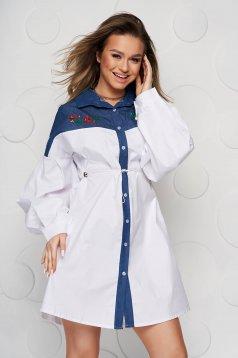 Bő szabású fehér női ing derékban zsinóros
