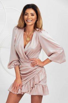 Púder rózsaszínű fodros ruha szaténból rövid alkalmi