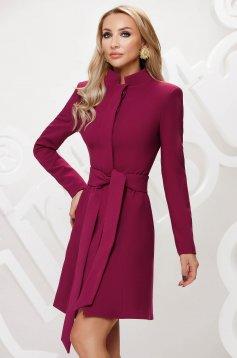 Málnapiros elegáns szűkített rövid kabát övvel ellátva masni díszítéssel